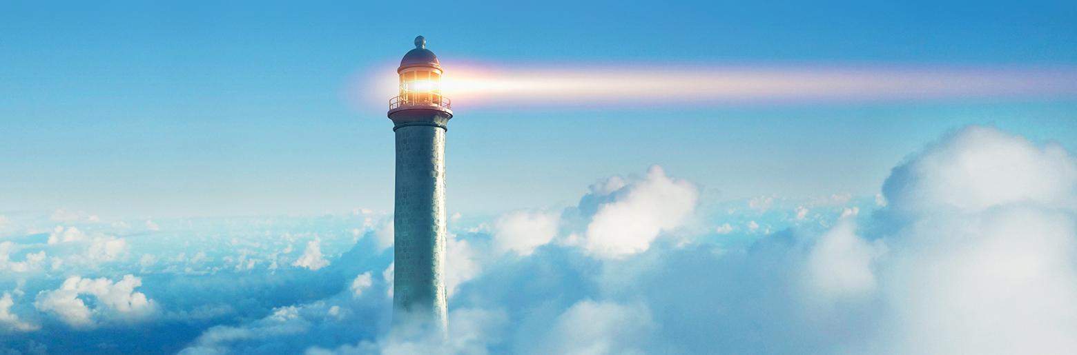 Fyrtårn som lyser i tåke